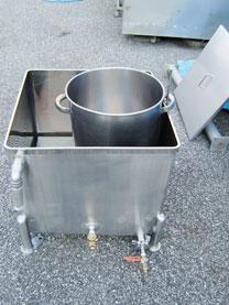 65Lステンレスタンクと1斗缶4缶入り溶解槽 002-photo